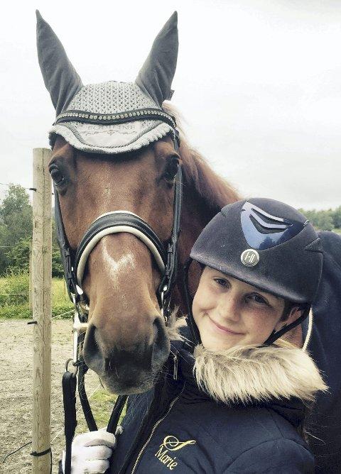 PÅ GALLA: Marie Schilbred gjør det godt i dressurridning. I helga kan hun vinne pris på hestesportens idrettsgalla.
