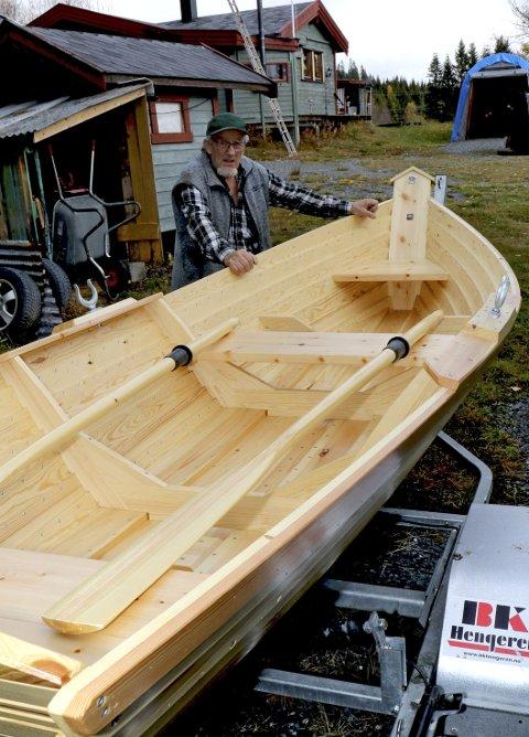 BÅTBYGGER OG TRADISJONSBÆRER: Sverre Arvid Hestsveen bygger Åffløybåter slik Johannes Øverli lærte han.