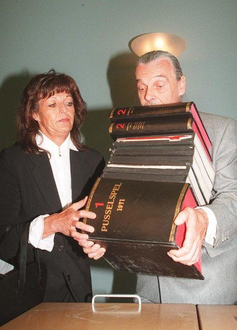 Ekteparet Sten og Vibeke Ekroth  med en mengde dokumenter de leverte til Liland-granskerne i 1996.