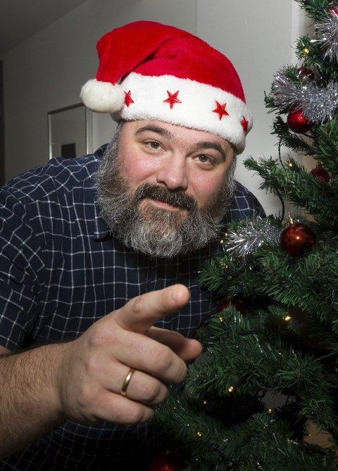 Gleder seg: Sjefnissen i Glåmdalen, nyhetsredaktør Per-Erik Stømner, gleder seg til å dele ut julegleder til hverdagshelter. FOTO: Kjell R. Hermansen