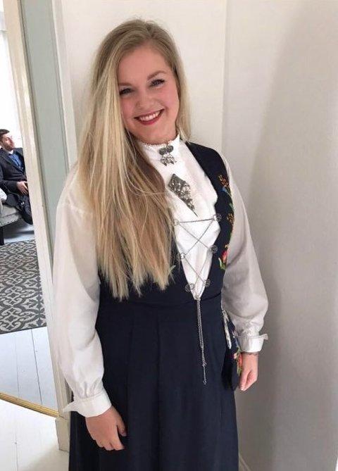 Småbarnsmoren Janne Berit Stokke flyttet fra Bergen til Odda. Nå jobber hun i butikk i Gågata.