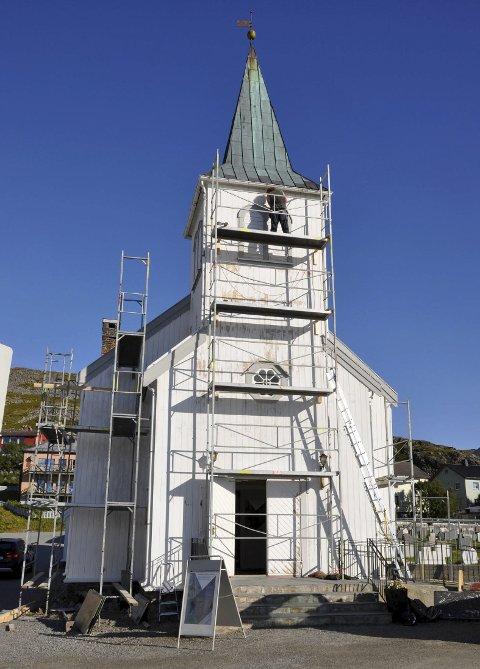 Males: Honningsvåg kirke trenger sårt ny maling, og man er i gang med arbeidet på dugnad.