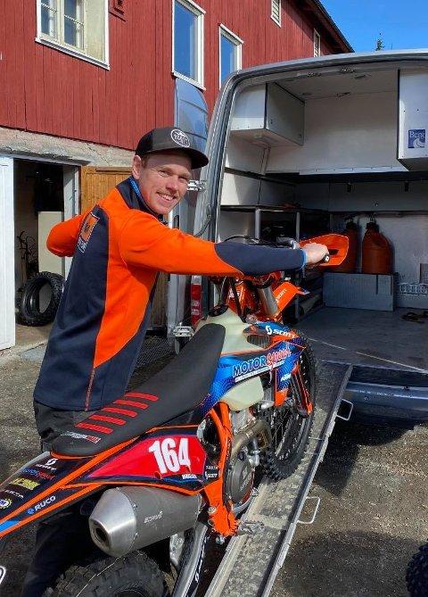 GLEDER SEG: Mikkel W. Mikkelsen laster inn endurosykkelen i kassebilen. Søndag setter han kursen for Italia og EM-åpningen i enduro.