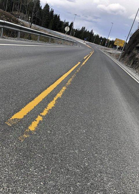 Slitt bort: Flere steder på den forholdsvis nye fylkesveien mellom Bergsmyr og Grenstøl er veimerkingen i ferd med å forsvinne. Foto: Indiana Caroline Espeland
