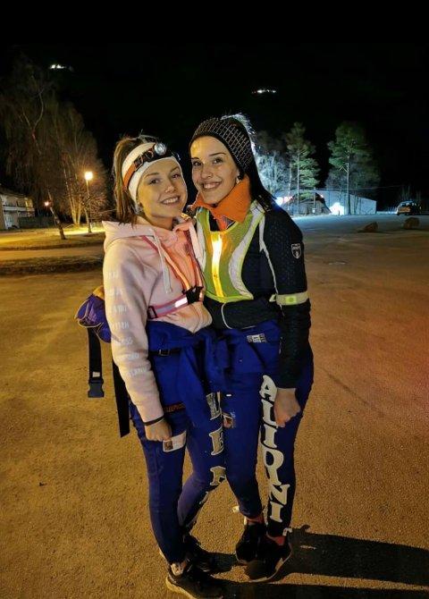 KLAR FOR JOGGETUR: Lenea Norås (til venstre) og Lelja Alidini jogget fra Kvinesdal til Flekkefjord.