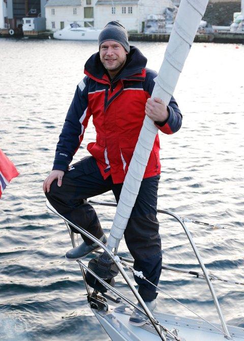 Erik Aanderaa om bord i «Tessie» en halvtime før seilasen til Shetland startet torsdag ettermiddag. Foto: Alf-Robert Sommerbakk