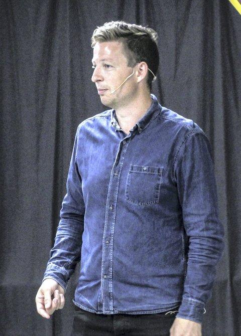 LESTE HØYT: Anders Totland forteller om boka si «Engler i snøen». FOTO: Ine Svenheim