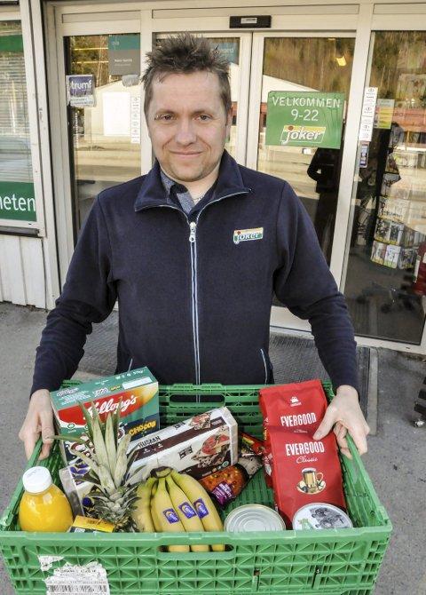 Tretten år: I tretten år har kjøpmann, Jan Oddvar Kaasa Brenna, kjørt ut mat til kundene, og det akter han å fortsette med.