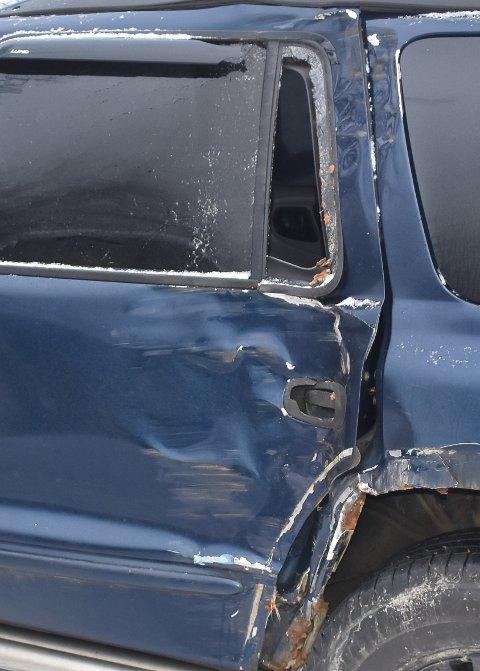 SKADER: Bilen bar tegn av ublidt møte med veggrøft og hage.