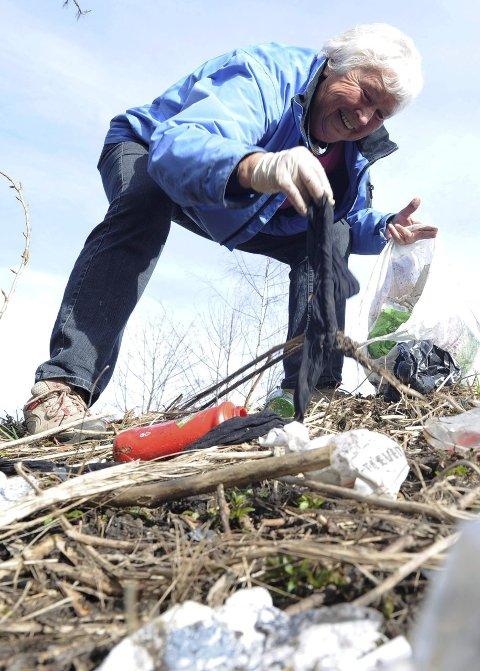 Mye søppel: Rannveig Horntvedt (71) oppfordrer forsøplerne til ikke å kaste fra seg alt mulig rart.Alle foto: Per Langevei