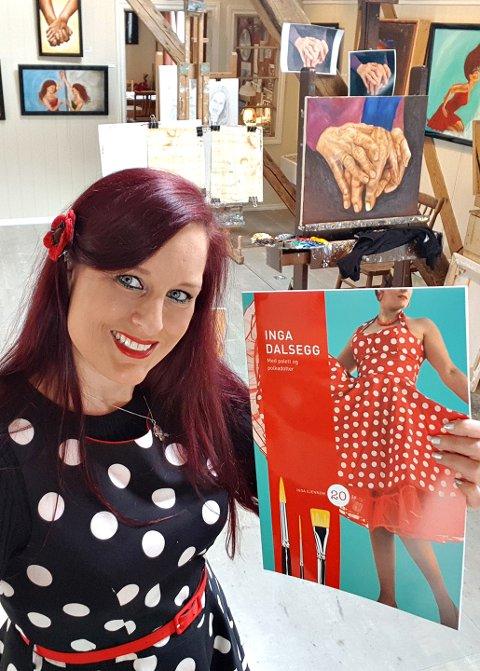 Inga Dalsegg tar med seg sin nye bok «Med palett og polkadotter» til Kristiansund.