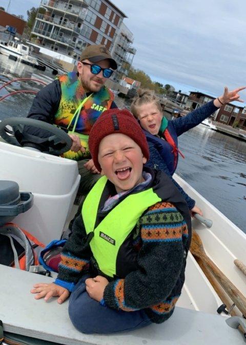 FAMILIETUR: Brødrene Edmund (5) og Sebastian (8) på vei til fisketuren. Kristian Webb Vollan bak båtrattet.