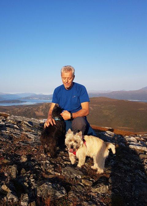 PÅ TUR: Her er Kjell Hugo Lorentsen på tur med familiens hunder.