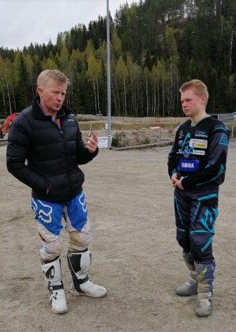 BERØMT TRENER: VM-vinner Pål Anders Ullevålseter (t.v.) trener Benjamin G. Bernhus fra Bjørkelangen. 16-åringen satser hardt innen enduro.