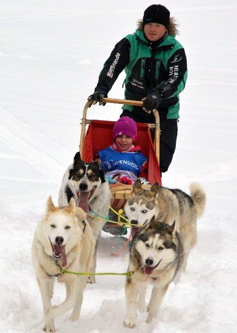 HUNDEOPPLEVELSER: – Det er en stor opplevelse for barn å kjøre hundespann, sier Cato Lunde.ARKIVBILDE