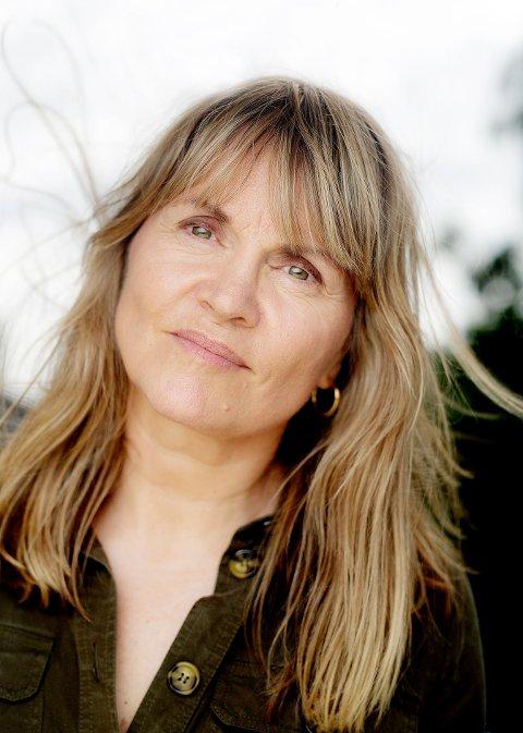 Nina Lykke blir bokbadet av vår egen Aase Bekkeheien