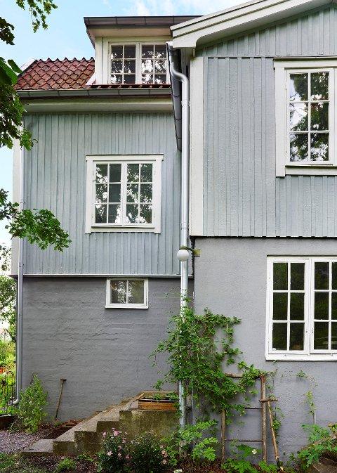 Fargene påvirkes av omgivelsene, så en farge som ser grå ut på fargeprøven, kan oppleves blå på huset.