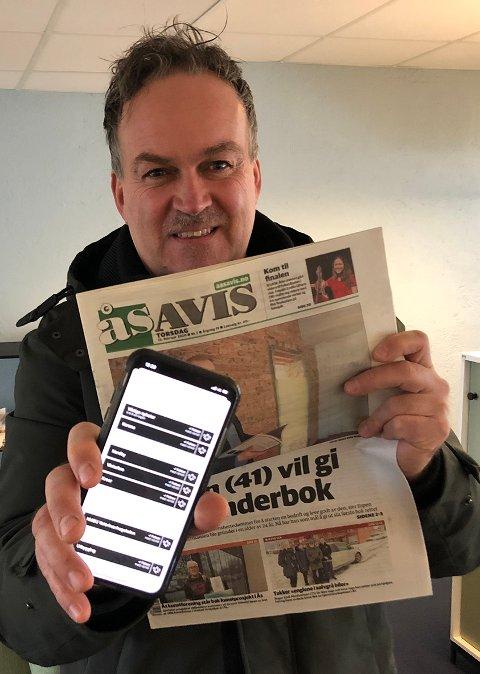 PERSONLIGE NYHETER: Henrik Christie, redaktør i Ås Avis, med Ås Avis sin nyhetsapp.