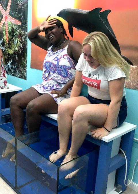 Fisk Spa var et tilbud som flere av jentene prøvde, blant annet Nana Gran og Thea-Marie Langbakke. Små fisker spiste hudceller på føttene.