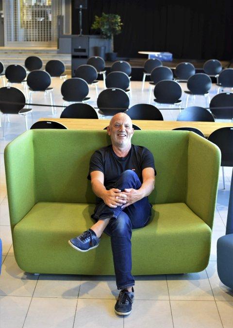 SMILENDE I SORGPROSESS: Svein-Harald Carlsen har blandede følelser for å bli pensjonist, men han har hatt ett friår i Spania før, og det gikk bra. Nå håper veteranen at Kulturbadet snart kan fylles med folk igjen. Han vil svært gjerne være en del av publikum.