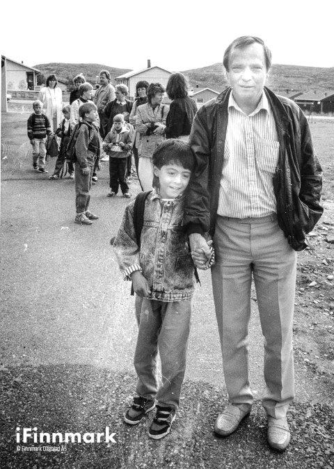 REINDALEN SKOLE: Skolestart: Geir og faren Harald Håkonsund foran skolen. 28.08.1990.
