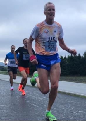 Svein Egil Linnerud på vei inn til klasseseier i Rekordløpet, 5 km, M60-64.