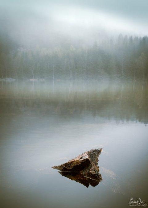 Stilles ut: «Stone in Water mist» er et av bildene i den nye utstillinga. Foto: Paul Guanio-Uluru