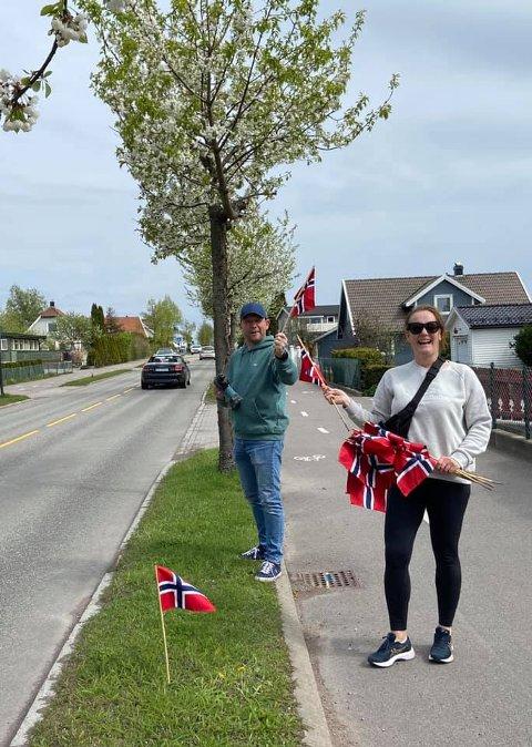 FRIVILLIGE: Bård og Renate Samnøy var noen av de frivillige som satte ut flaggene langs Valløveien 16. mai.