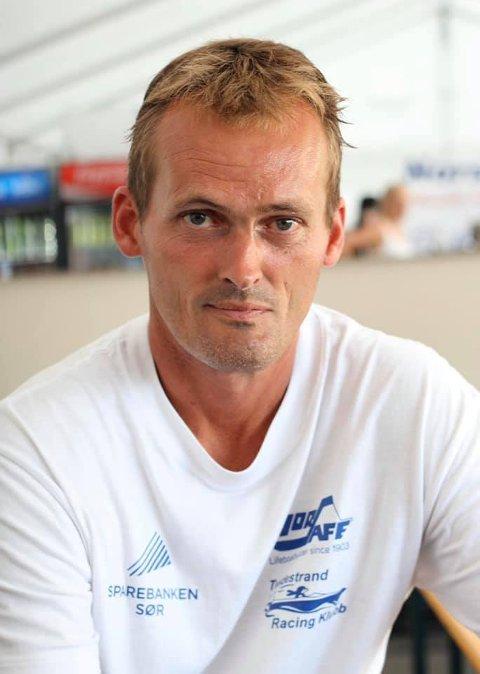 Jan Johansen: Jan ble bare 49 år gammel. Her er han avbildet under regattaen for et par år tilbake, hvor han ofte var med for å rigge og sjaue.