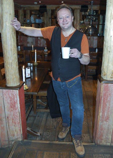 Fornøyd med livet: Artisten Stephen Ackles er kommet på den grønne artist-gren etter at han fikk et skikkelig spark bak av sin unge manager. Nå turnerer han land og strand med et Elvis-show sammen med ungdomskameratene Paal Flaata og Vidar Busk.