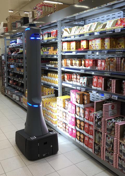NY BUTIKKANSATT: Om noen år kan dette kanskje bli et vanlig syn i norske dagligvarebutikker. Her fra da roboten ble testet på Coop Obs Jessheim i sommer. Foto: Coop Obs