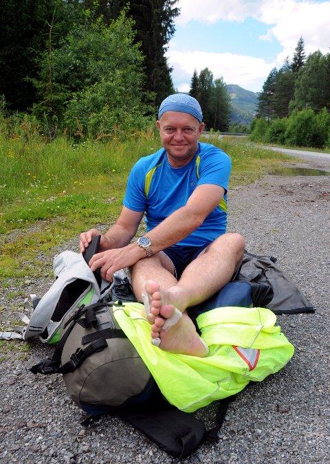 Vondt i beina: Robert Hagen går frå Oslo til Etnedal på tre dagar, noko som resulterer i særs såre føter og eit storforbuk av sportsteip.