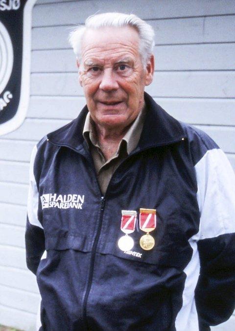 MISTET SIN NESTOR: Formann i Buer/Kornsjø skytterlag, Jan Jansen, hyller mangeårig medlem og nestor i laget, Hans Buer, etter hans bortgang i oktober.