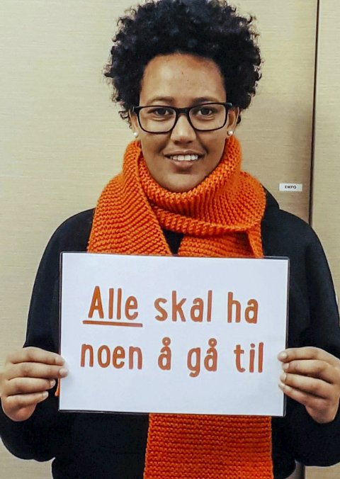 TV-aksjon:Melete med «ambassadørplakaten» for årets TV-aksjon som foregår på søndag. Foto: Francine M. Jensen