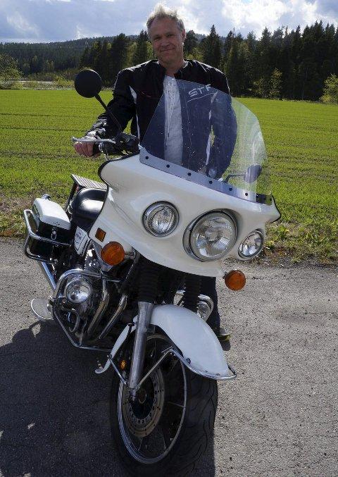 FORNØYD POLITISYKKELEIER: Ikke er Robert Johannesen politi, men synes det er stas å eie en politimotorsykkel som har gjort tjeneste i California på åtti-tallet.