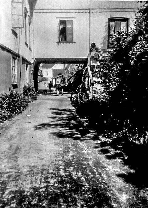 «Tekka» på Øya: På vei til Vestre Øya og Sjøbadet måtte man tidligere gå under et hus, som kort og godt ble kalt for «Tekka». Det var en fløy til det tidligere kommunelokalet til Skåtøy kommune, som var bygget over veien. Skåtøy kommune kjøpte gården i 1919. Kragerø kommune overtok gården etter kommunesammenslåingen i 1960. Denne kommunegården ble revet i 1969. Det skjedde faktisk mens det ennå bodde folk i huset, noe som opprørte folk på Øya den gang.