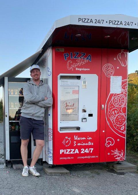 FORNØYD: Steffen Woldengen er godt fornøyd med mottagelsen den nye automaten til Pizzagutta har fått i Hov.