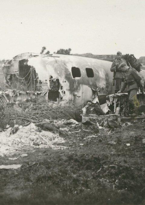 STYRTA: Unike bilde viser eit styrta fly i Austrheim under krigen.