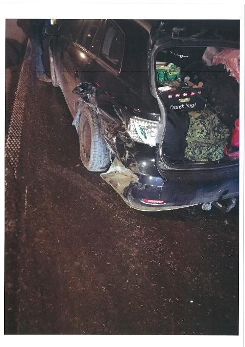 BULKET: Danskens bil fikk hjul- og karosseriskader på begge sider. Bilde fra forsikringsdokument.