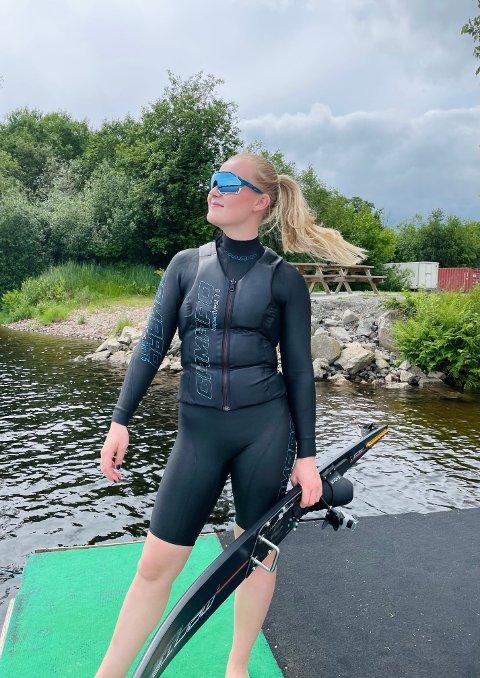 Gull i sikte: Eline Elgesem Vang (18) fra Kvelde Vannskiklubb tok tre gull under nordisk i U21-klassen i helgen.