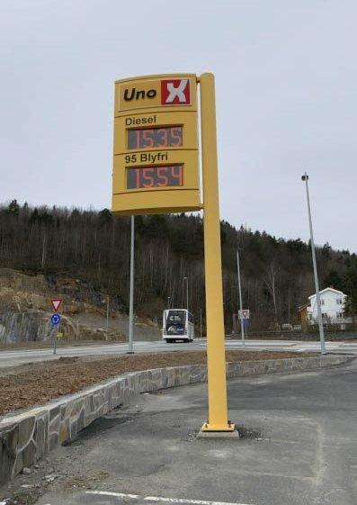 Bergsmyr: Da vår fotograf besøkte Uno X på Bergsmyr onsdag ettermiddag var prisene mer «normalisert». Da sto det heller ikke mange foran pumpene. Ekspertene peker på flere forhold som forklaring på de lave prisene for tiden. Blan annet lokal konkurranse.