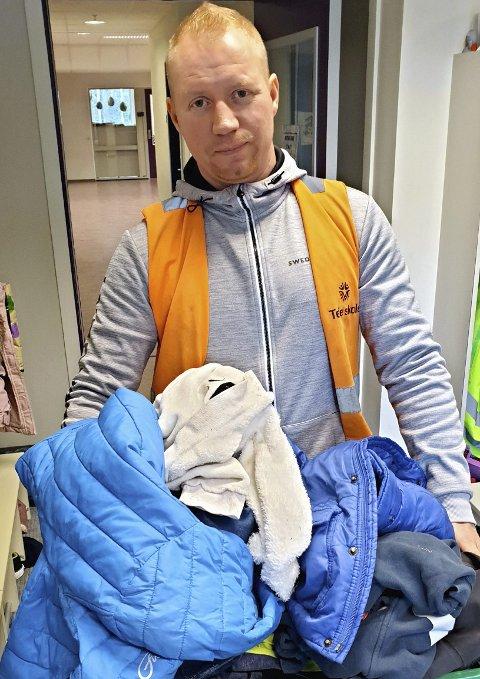 GLEMMER DYRE KLÆR OG SKO: Christian Thomassen står her med noen av de gjenglemte klærne på Teie skole. I løpet av et år blir det veldig mye av det.