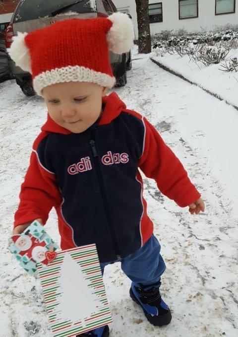 Yngstemann i familien Hansen-Steensgaard, Maximillian,  ute og deler glede i familiens omvendte julekalender.