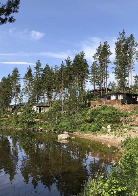 Både hyttetomtene og campingplassen ligger i vannkanten på Ufsvatn.