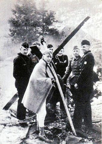 PENGEBÅL: Tyskerne som reddet seg i land på Askholmene svidde av to millioner norske kroner på bålet for å holde varmen. Bildet er tatt av rittmester Paul Goertz.