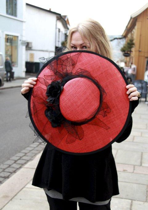 Kunstverk som topper: En hatt gir deg en touch av mystikk. - Jeg mener at alle kan gå med hatt, bare man har god holdning, mener hattkunstner Irene Myrbostad. Alle foto: MarianN L. Dahle