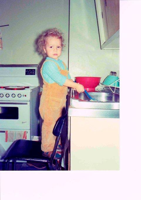 FLINK GUTT: Her er Ulf tre år og tar oppvasken hjemme hos bestemor.