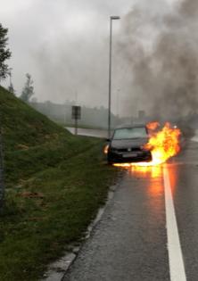 FULL FYR: Bilen sto i full fyr og ble helt utbrent. Personen i bilen kom seg ut og var uskadet etter hendelsen.