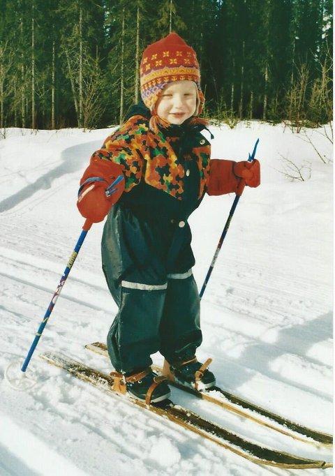 TIDLIG KRØKES: Hannah Sæthereng startet skikarrieren på et par treski som kunne brukes til det meste. Foto: Ellen Margrethe Sæthereng.