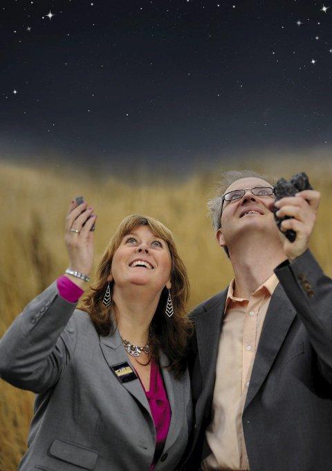 FIKK TELEFON: Astrofysiker Knut Jørgen Røed Ødegaard og Anne Mette Sannes, som er science fiction-forfatter og vitenskapsformidler, har vært i Finnmark med sitt astroshow. Røed Ødegaard ble etterspurt av politiet i Finnmark etter at et lysglimt ble observert på himmelen i Finnmark. Foto: Privat